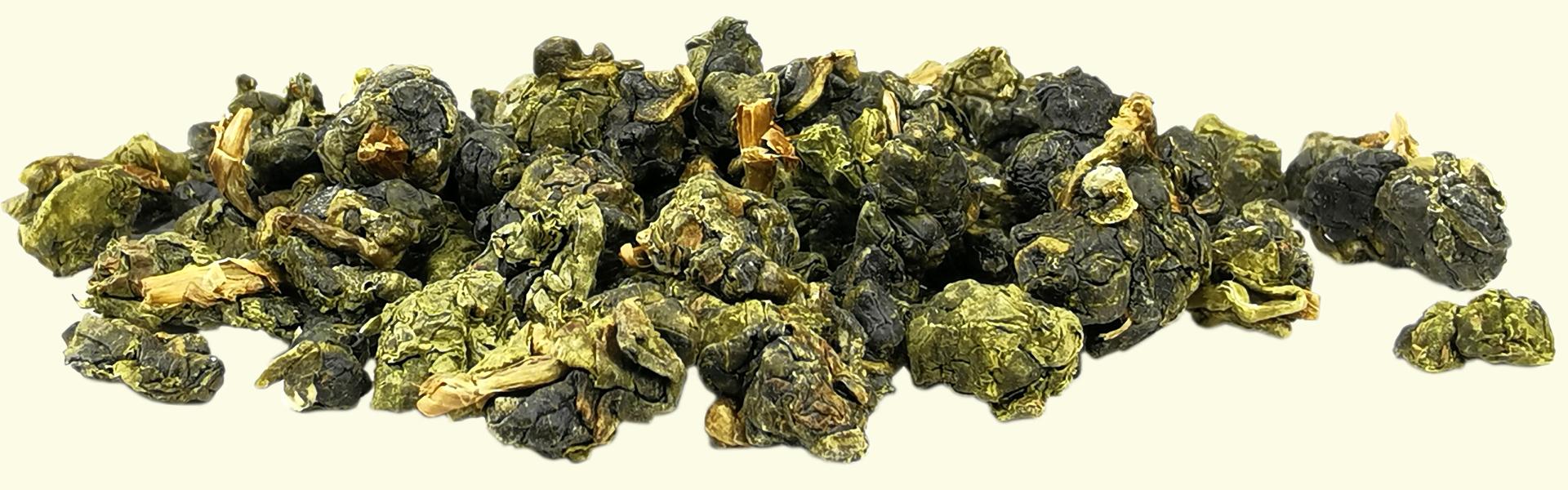 Visuellement, très vert, le thé Oolong #21 Quatre Saisons en feuilles roulées est lui aussi destiné à être infusé plusieurs fois de suite pour savourer l'évolution de ses arômes & de sa texture douce à mesure que les feuilles se déploient sous l'effet de l'eau chaude.