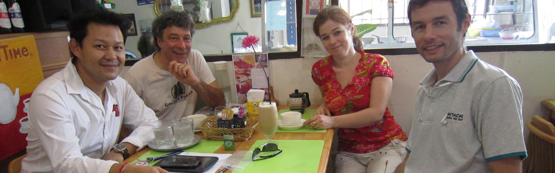 Combiner l'utile à l'agréable : Tarn nous reçoit dans son bureau à Bangkok lors d'un séjour en famille en Thaïlande avec Anne, Pierre, Junthana & Clément (clin d'œil qui remonte à 2013).