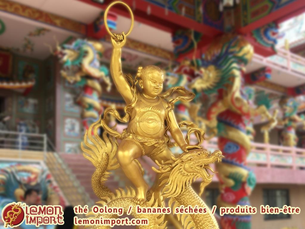 Appelé Na-Jah (นาจา), ce personnage mythique du bouddhisme chinois apporte son aide à la communauté lorsqu'elle est frappée par une calamité.